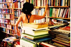 Продавец книжного магазина трахнул за воровство, смотреть порно на русском у врача