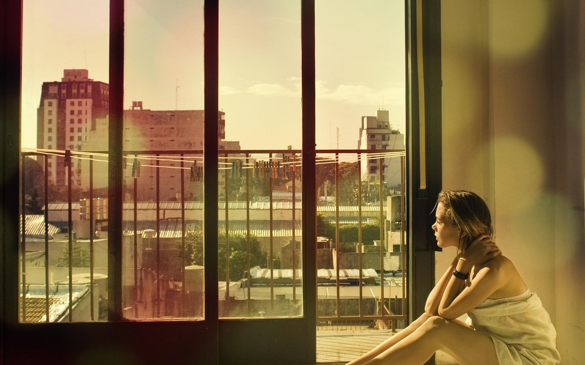 Девушки смотрит в окно
